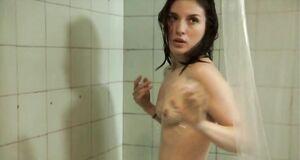 Мария Вальверде моется под душем