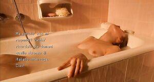 Мария Вальверде дрочит в ванной