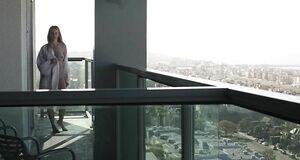 Полностью голая Наоми Уоттс на балконе