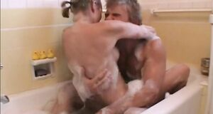 Трах с Наоми Уоттс в ванной