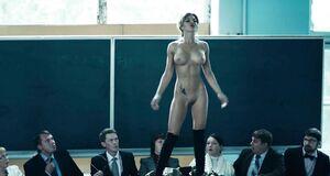 Абсолютно голая Карина Зверева позирует перед студентами