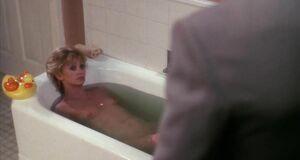 Голди Хоун голышом в ванне