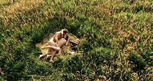 Голая Кэрис ван Хаутен в поле