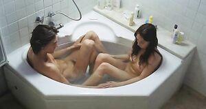Кэрис ван Хаутен моется в ванне с парнем