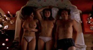Интимная сцена на кровати с Кэрис ван Хаутен и Халиной Рейн