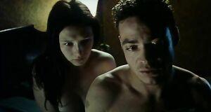 Интимная сцена на кровати с Кэрис ван Хаутен