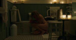 Сязанная голая Наоми Уоттс в ванне