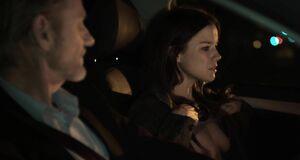 Ханна Мэнгэн Лоуренс показывает сиськи водителю