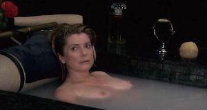 Катрин Денёв моется в ванне