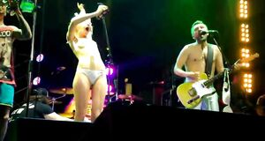 Алиса Вокс полностью голая на сцене