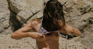 Марина Вакт загорает без купальника
