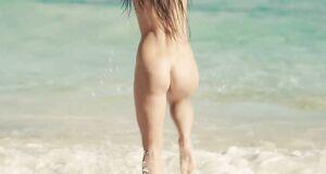 Сара Батлер купается голышом