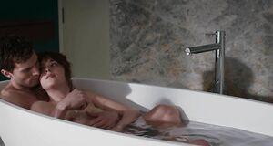 Дакота Джонсон моется в ванне