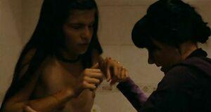 Голая Агния Кузнецова режет руки в ванной