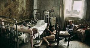 Обнаженная Агния Кузнецова прикована к кровати