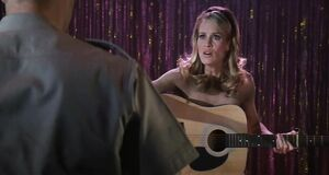 Робин Райт поёт голышом