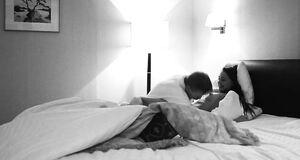 Интимная сцена с Юлией Хлыниной на кровати