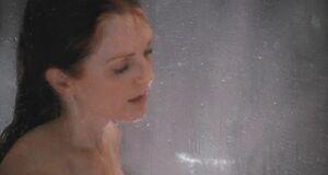 Джулианна Мур моется под душем