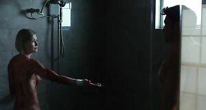Голая Розамунд Пайк моется под душем
