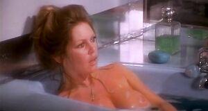 Брижит Бардо засветила голую сиську в ванее