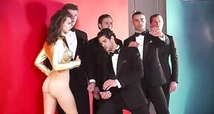 Эмили Ратажковски снялась голой для GQ Turkey