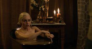 Эмилия Кларк моется в ванне
