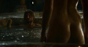 Гвендолин Кристи моется в ванне