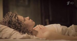 Катерина Шпица в публичном доме лежит на кровати