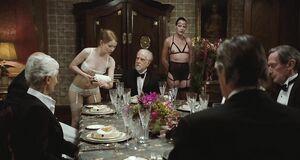 Торчащие голые соски Эмили Браунинг