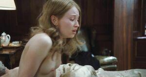 Маленькие голые сиськи Эмили Браунинг