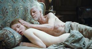 Интимная сцена на кровати с Эмили Браунинг
