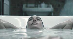 Лина Хиди моется в ванне