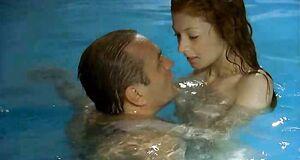 Амалия Мордвинова плавает голышом в бассейне