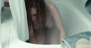 Джуно Темпл моется под душем