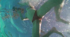 Аманда Сайфред плавает с голыми сиськами в бассейне