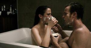 Обнаженная Ева Грин бреет мужчину в ванной
