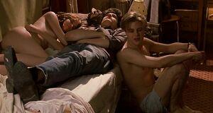 Ева Грин без одежды спит на кровати