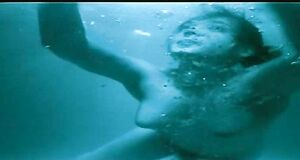 Чулпан Хаматова плавает голышом в бассейне