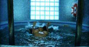 Екатерина Стриженова плавает с голыми сиськами в бассейне