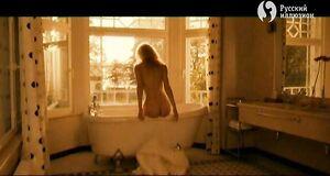 Лянка Грыу моется в ванне
