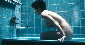Голая Анна Старшенбаум в ванной