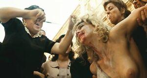 Избиение раздетой Моники Беллуччи