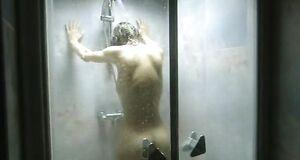 Юлия Маврина моется под душем