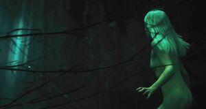 Голая Сирша Ронан бежит по лесу