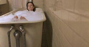 Эшли Джадд моется в ванне