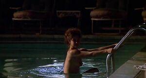 Эшли Джадд без купальника плавает в бассейне