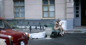 Голая Евгения Брик курит на улице