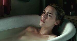 Кейт Уинслет моется в ванне