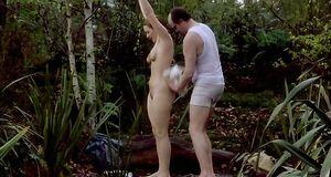 Кейт Уинслет купается голышом