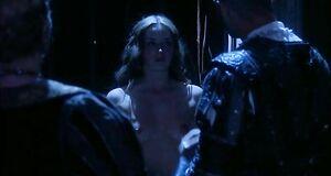 Эмили Блант с голыми сиськами